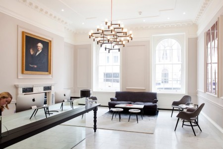 The office space in Stratford Place, Marylebone offers a range of office sizes, styles and meeting spaces, this building also features co-working spaces, meeting rooms, event spaces and a big, bright lounge.