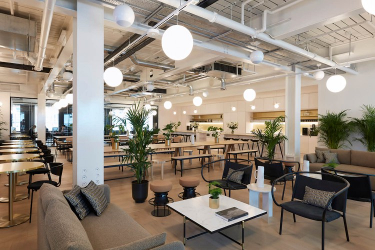 Co-working & hot desks for startup businesses to use in this modern flexible office space in High Holborn, London.