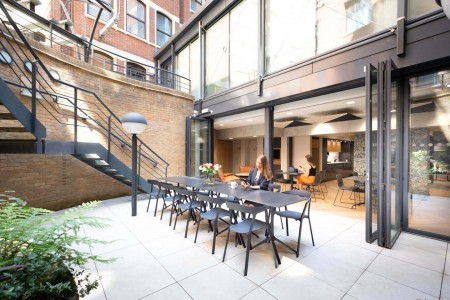 Outdoor courtyard at the office space in Giltspur St offering various workspace environments in Farringdon, London EC1A 9DD. Recently renovated grade II listed serviced office building for company's to use.