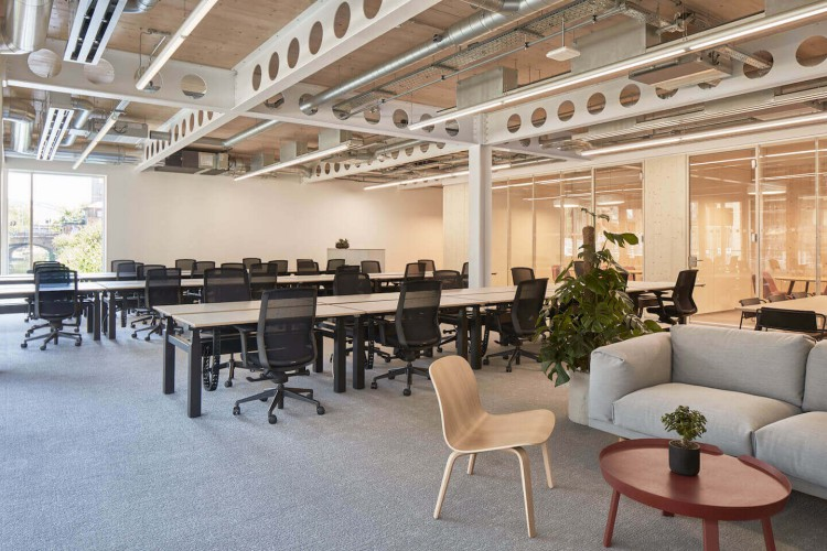 Open plan flexible managed workspace rental in Haggerston for medium to large business' who require their own self-contained office space with internal meeting rooms for 20 plus staff.