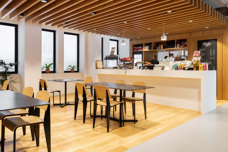 A modern cafeteria in this contemporary serviced office and co-working building on 307 Euston Road for businesses to use.